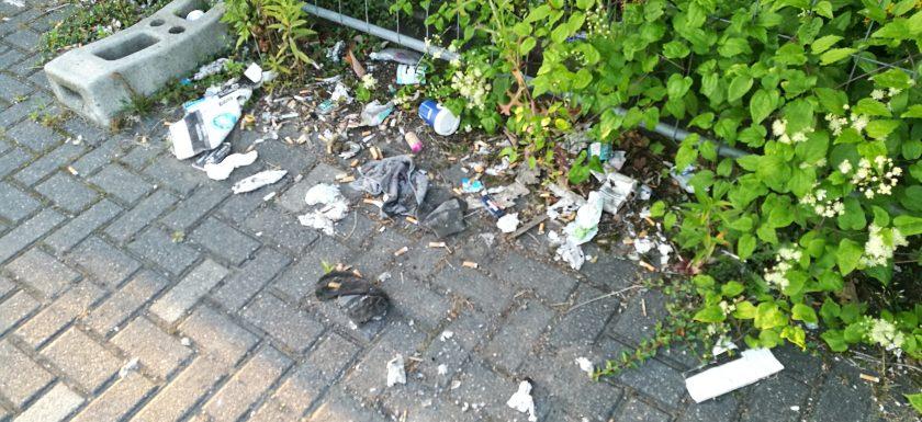 Kleine Müllberge am Bahnsteig